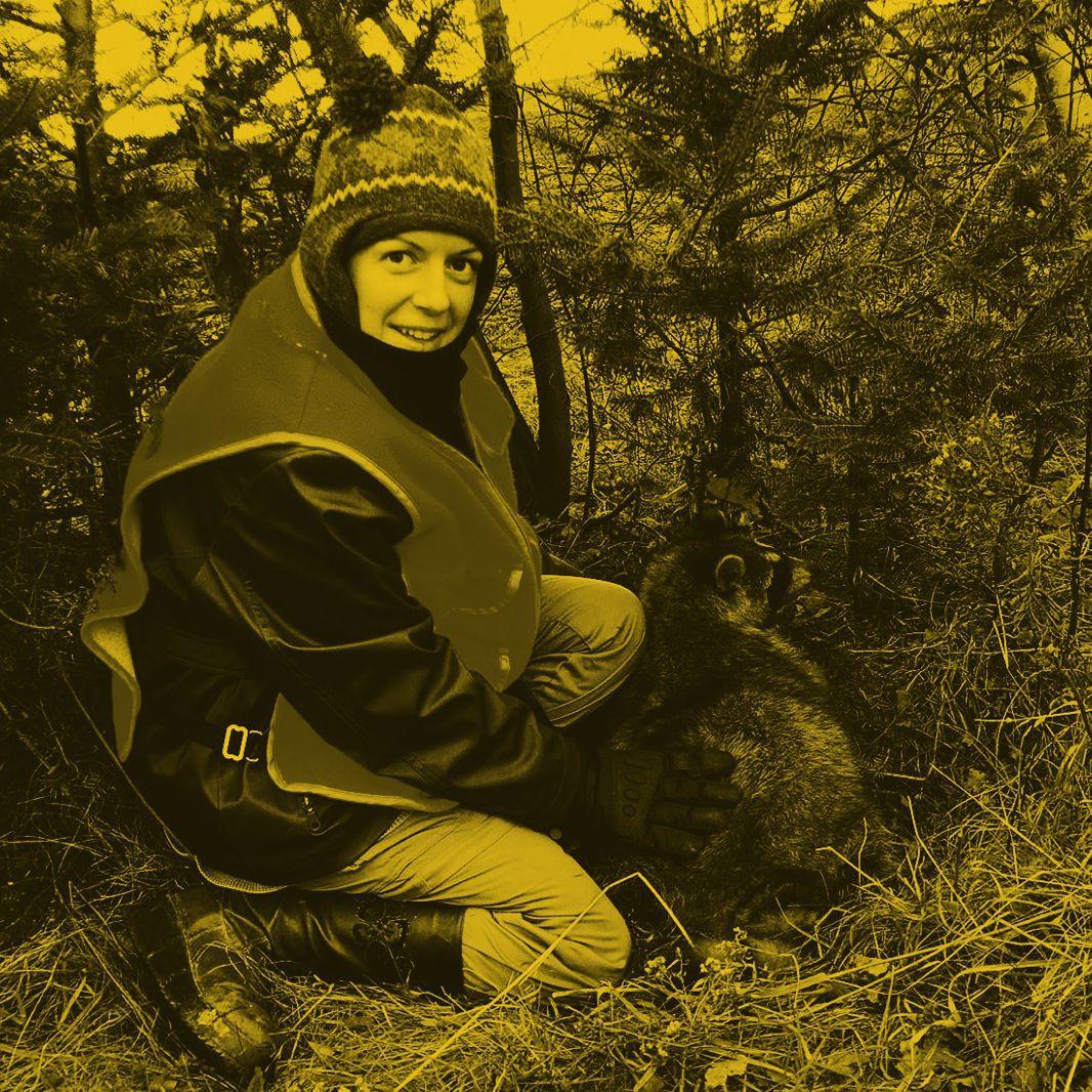 Photo d'une femme avec un raton-laveur